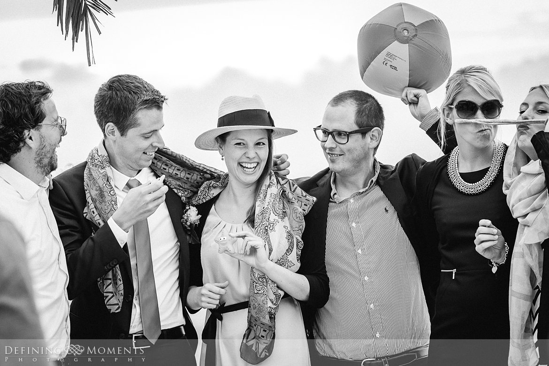 groepsfoto trouwfotograaf strandclub doen bruidsfotograaf scheveningen strand trouwreportage nieuwe_badkapel bruidsreportage den_haag journalistieke reportage documentaire bruidsfotografie
