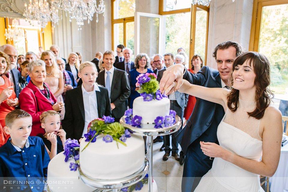 bruidstaart-bruidsfotografie-duo-trouwfotografen-landgoed-wolfslaar-trouwen-breda-trouwreportage-trouwlocatie-bruidsreportage-wedding-photography-netherlands-holland-bloemen