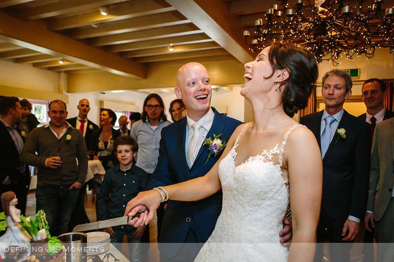 bruidstaart aansnijden journalistiek trouwfotograaf documentair bruidsfotograaf authentieke natuurlijke bruidsfotografie trouwfotografie boswachter liesbosch breda huwelijk bruidsreportage trouwreportage