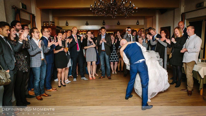 openingsdans journalistiek trouwfotograaf documentair bruidsfotograaf authentieke natuurlijke bruidsfotografie trouwfotografie boswachter liesbosch breda huwelijk bruidsreportage trouwreportage