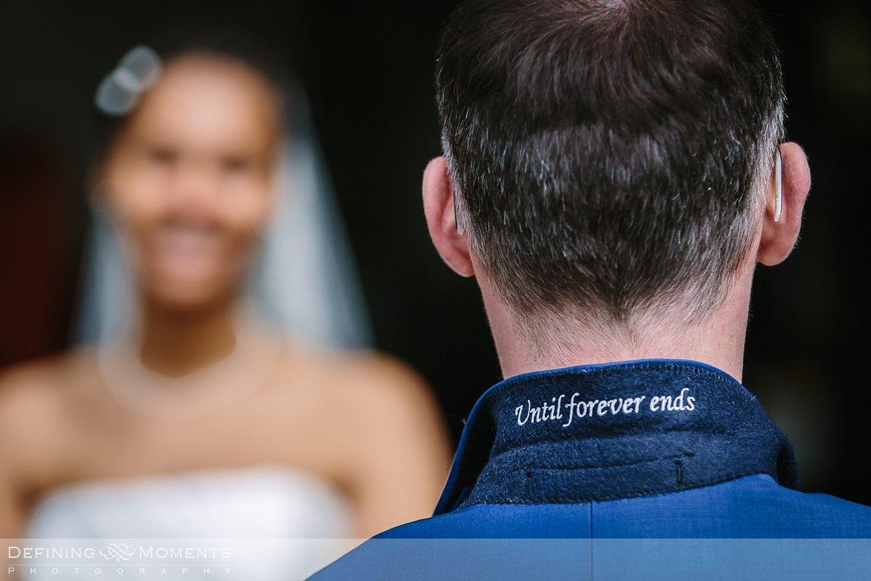 until_forever_ends trouwpak kraagje detail journalistiek trouwfotograaf locloods roosendaal documentair bruidsfotograaf authentieke natuurlijke bruidsfotografie trouwfotografie breda huwelijk bruidsreportage trouwreportage