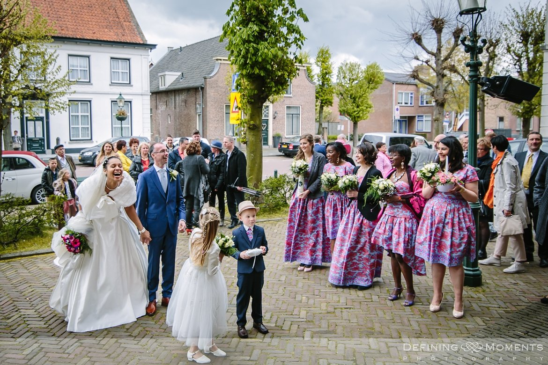 aankomst bruidspaar journalistiek trouwfotograaf petruskerk etten_leur documentair bruidsfotograaf authentieke natuurlijke bruidsfotografie trouwfotografie breda kerkelijk huwelijk bruidsreportage trouwreportage