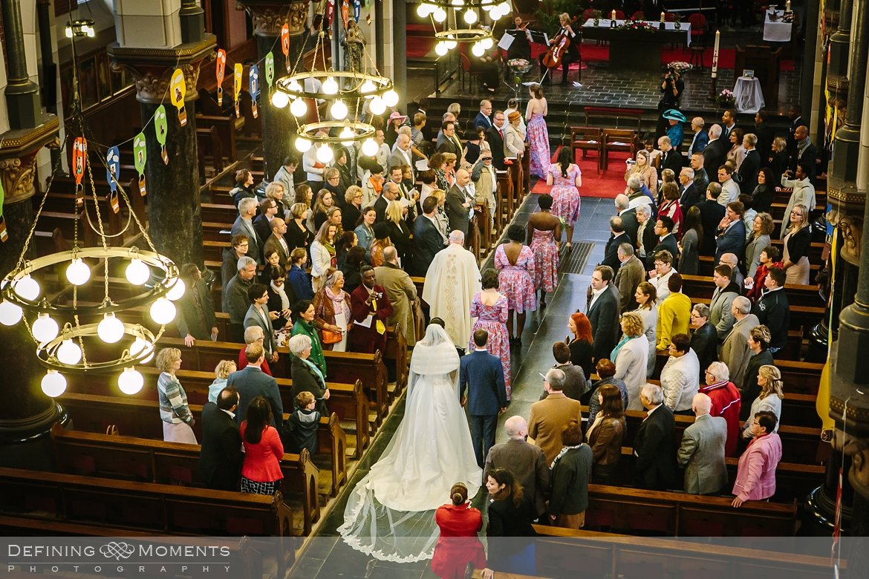 aankomst kerk bruidspaar journalistiek trouwfotograaf petruskerk etten_leur documentair bruidsfotograaf authentieke natuurlijke bruidsfotografie trouwfotografie breda kerkelijk huwelijk bruidsreportage trouwreportage