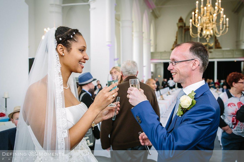 receptie toast ournalistiek trouwfotograaf lambertuskerk raamsdonk documentair bruidsfotograaf authentieke natuurlijke bruidsfotografie trouwfotografie breda kerkelijk huwelijk bruidsreportage trouwreportage