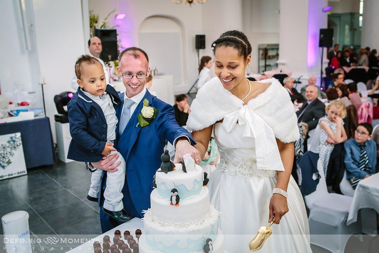 bruidstaart aansnijden ournalistiek trouwfotograaf lambertuskerk raamsdonk documentair bruidsfotograaf authentieke natuurlijke bruidsfotografie trouwfotografie breda kerkelijk huwelijk bruidsreportage trouwreportage