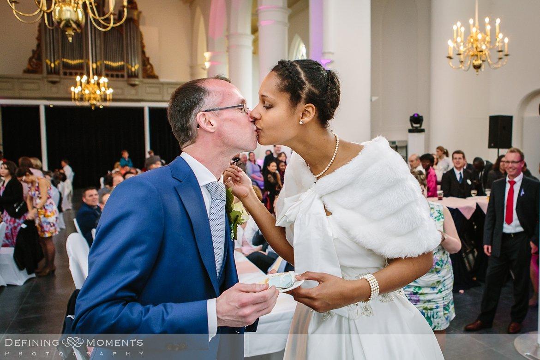 bruidskus ournalistiek trouwfotograaf lambertuskerk raamsdonk documentair bruidsfotograaf authentieke natuurlijke bruidsfotografie trouwfotografie breda kerkelijk huwelijk bruidsreportage trouwreportage