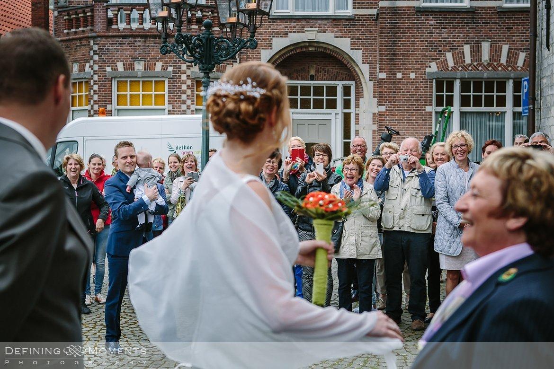 trouw huwelijk huwelijksfotograaf trouwreportage gemeentehuis hulst aankomst bruidspaar