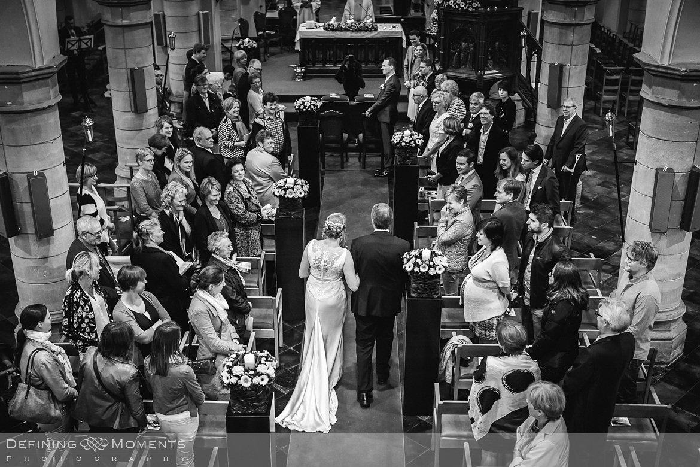 binnenkomst bruid trouw huwelijk huwelijksfotograaf kerk uitbergen