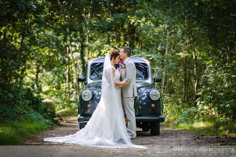 bruidsauto buitenbruiloft fotoreportage bruidspaar galderse_heide mastbos breda trouwfotografie trouwfoto bruidsfoto bruidsfotografie bruid bruidegom engelse taxi