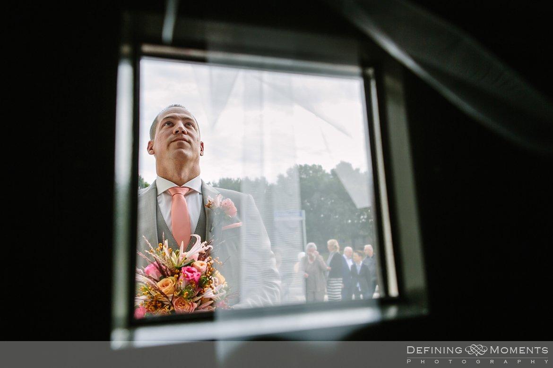 trouwfotograaf bruidsfotograaf eindhoven bruidspaar trouwreportage bruidsreportage watermolen_van_opwetten nuenen bruidsfoto trouwfoto wedding photographer netherlands holland bruidegom voordeur