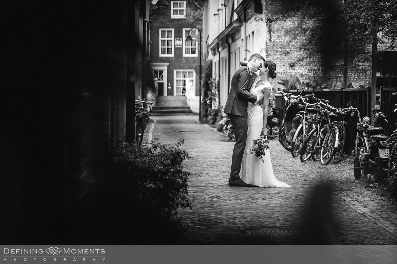 zwart-wit delft huwelijksfotograaf trouwreportage bruidsreportage trouwfoto bruidsfoto bruidsfotografie duo bruid bruidegom rotterdam vertrekhal trouwlocatie bruiloft