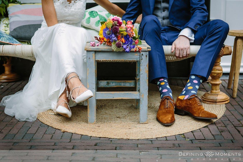 sokken-met-stippen delft bruidspaar huwelijksfotograaf trouwreportage bruidsreportage trouwfoto bruidsfoto bruidsfotografie duo bruid bruidegom rotterdam vertrekhal trouwlocatie bruiloft