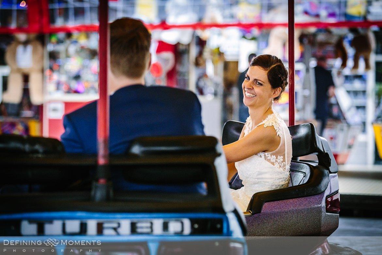 delft bruidspaar kermis botsauto huwelijksfotograaf trouwreportage bruidsreportage trouwfoto bruidsfoto bruidsfotografie duo bruid bruidegom rotterdam vertrekhal trouwlocatie bruiloft