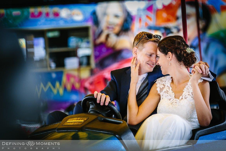 delft kermis bruidspaar botsauto huwelijksfotograaf trouwreportage bruidsreportage trouwfoto bruidsfoto bruidsfotografie duo bruid bruidegom rotterdam vertrekhal trouwlocatie bruiloft