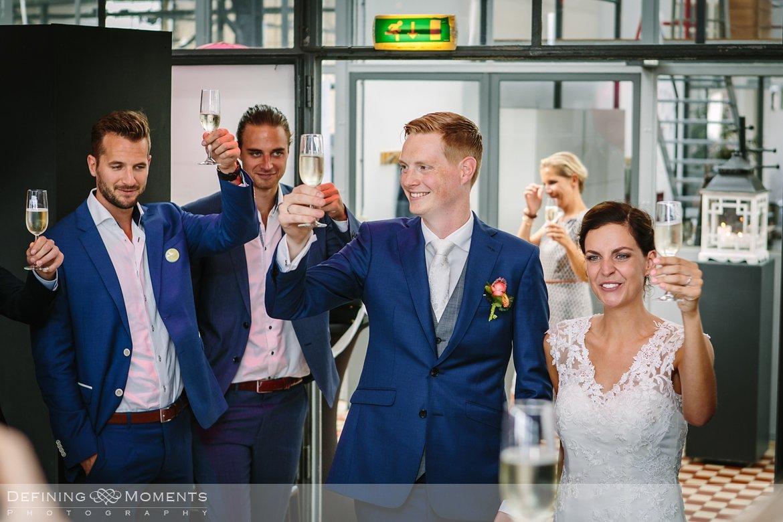 champagne toast huwelijksfotograaf trouwreportage bruidsreportage trouwfoto bruidsfoto bruidsfotografie duo bruid bruidegom rotterdam vertrekhal trouwlocatie bruiloft