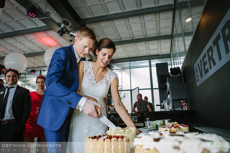 bruidstaart huwelijksfotograaf trouwreportage bruidsreportage trouwfoto bruidsfoto bruidsfotografie duo bruid bruidegom rotterdam vertrekhal trouwlocatie bruiloft
