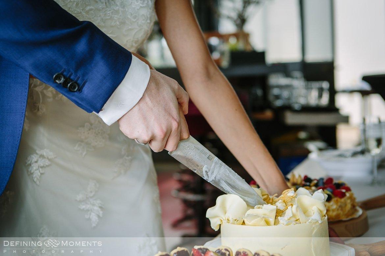 bruidstaart aansnijden huwelijksfotograaf trouwreportage bruidsreportage trouwfoto bruidsfoto bruidsfotografie duo bruid bruidegom rotterdam vertrekhal trouwlocatie bruiloft