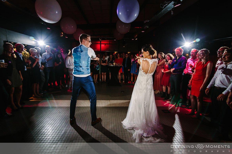 openingsdans bruidspaar huwelijksfotograaf trouwreportage bruidsreportage trouwfoto bruidsfoto bruidsfotografie duo bruid bruidegom rotterdam vertrekhal trouwlocatie bruiloft