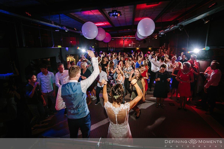 bruidsfeest bruidspaar disco huwelijksfotograaf trouwreportage bruidsreportage trouwfoto bruidsfoto bruidsfotografie duo bruid bruidegom rotterdam vertrekhal trouwlocatie bruiloft