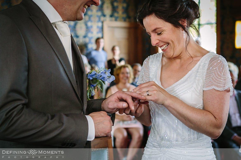 trouwringen stadhuis schiedam bruidsfotografie trouwfotografen duo rotterdam vertrekhal trouwreportage bruidsreportage trouwfoto bruidsfoto bruidsfotografie bruid bruidegom trouwlocatie bruiloft