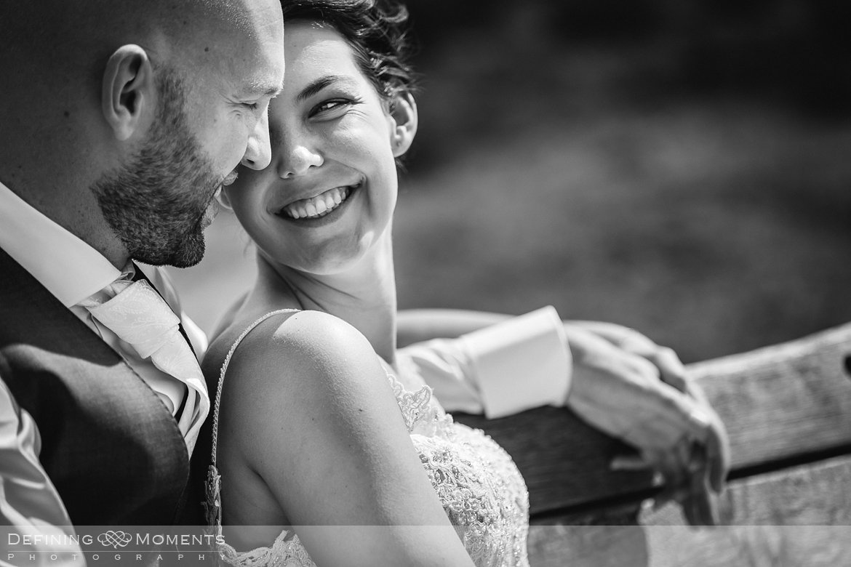 zwart-wit bruids close-up bruidsreportage trouwfotografie korenmolen princenhage breda authentieke ongeposeerde spontane trouwfotografie documentair trouwfotograaf bruidsfotograaf twee fotografen duo