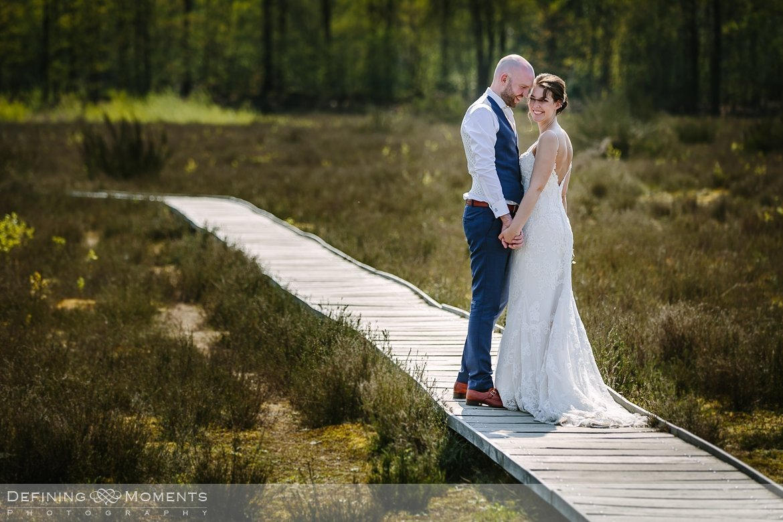 bruidspaar vlonderpad galderse_heide bruidsreportage trouwfotografie korenmolen princenhage breda authentieke ongeposeerde spontane trouwfotografie documentair trouwfotograaf bruidsfotograaf twee fotografen duo