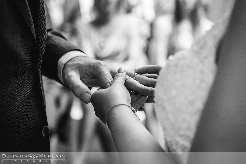zwart-wit close-up trouwring bruidsreportage trouwfotografie korenmolen princenhage breda authentieke ongeposeerde spontane trouwfotografie documentair trouwfotograaf bruidsfotograaf twee fotografen duo