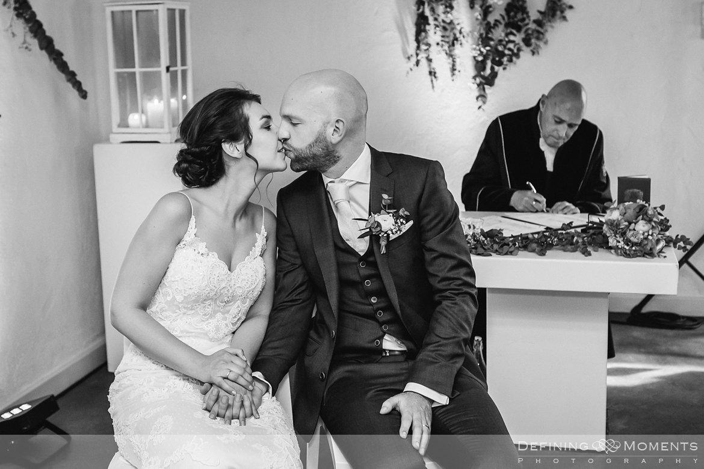 zwart-wit bruidspaar kus bruidsreportage trouwfotografie korenmolen princenhage breda authentieke ongeposeerde spontane trouwfotografie documentair trouwfotograaf bruidsfotograaf twee fotografen duo