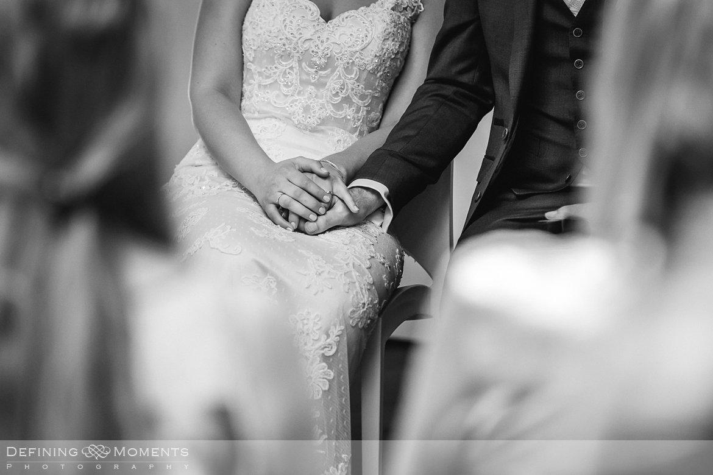 zwart-wit close-up bruidspaar handen bruidsreportage trouwfotografie korenmolen princenhage breda authentieke ongeposeerde spontane trouwfotografie documentair trouwfotograaf bruidsfotograaf twee fotografen duo