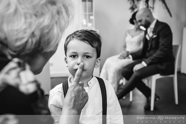 zwart-wit bruidsjonker bruidsreportage trouwfotografie korenmolen princenhage breda authentieke ongeposeerde spontane trouwfotografie documentair trouwfotograaf bruidsfotograaf twee fotografen duo