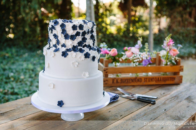 bruidstaart paars-wit bloemen bruidsreportage trouwfotografie korenmolen princenhage breda authentieke ongeposeerde spontane trouwfotografie documentair trouwfotograaf bruidsfotograaf twee fotografen duo