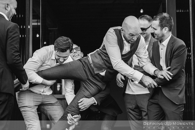 groepsfoto bruidspaar zwart-wit bruidsreportage trouwfotografie korenmolen princenhage breda authentieke ongeposeerde spontane trouwfotografie documentair trouwfotograaf bruidsfotograaf twee fotografen duo