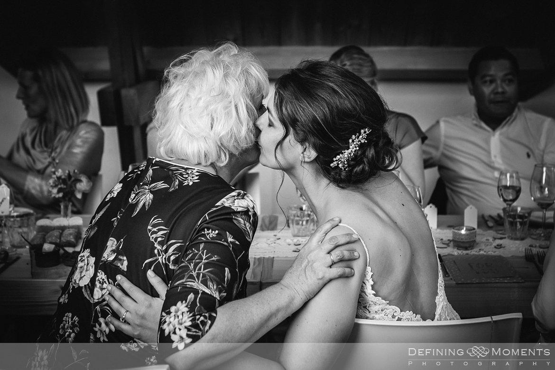 zwart-wit bruidspaar eten diner bruidsreportage trouwfotografie korenmolen princenhage breda authentieke ongeposeerde spontane trouwfotografie documentair trouwfotograaf bruidsfotograaf twee fotografen duo