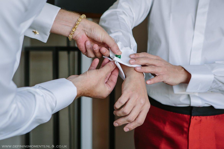 aankleden trouwfoto bruidsfoto bruidegommen homohuwelijk gay lgbt same_sex wedding breda hotel_nassau trouwfotograaf bruidsfotograaf blauw rood tijger trouwpak