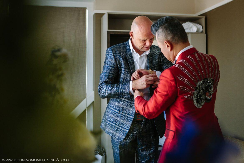 aankleden voorbereidingen trouwfoto bruidsfoto bruidegommen homohuwelijk gay lgbt same_sex wedding breda hotel_nassau trouwfotograaf bruidsfotograaf blauw rood tijger trouwpak