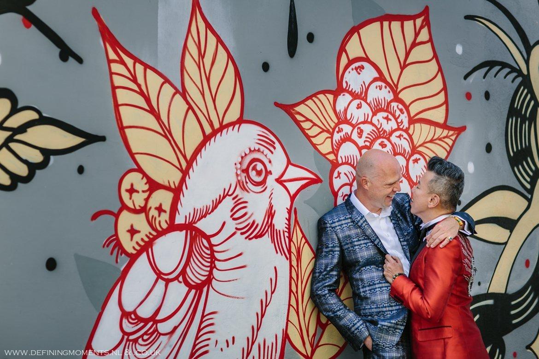 grafitti trouwfoto bruidsfoto bruidegommen homohuwelijk gay lgbt same_sex wedding breda hotel_nassau trouwfotograaf bruidsfotograaf blauw rood tijger trouwpak