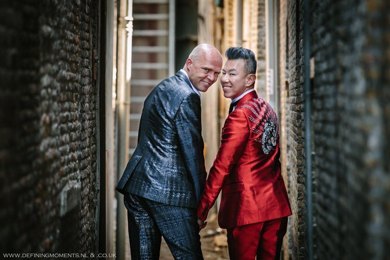 trouwfoto bruidsfoto bruidegommen homohuwelijk gay lgbt same_sex wedding breda hotel_nassau trouwfotograaf bruidsfotograaf blauw rood tijger trouwpak