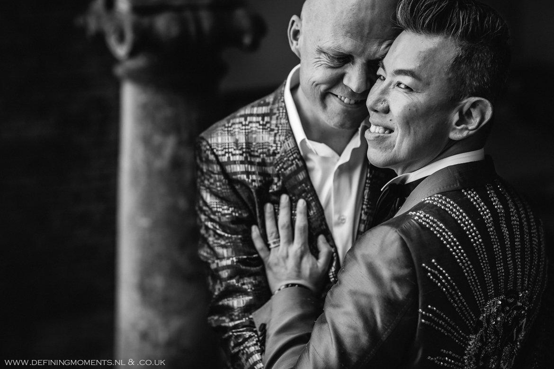 grote_kerk trouwfoto bruidsfoto bruidegommen homohuwelijk gay lgbt same_sex wedding breda hotel_nassau trouwfotograaf bruidsfotograaf blauw rood tijger trouwpak