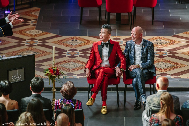 trouwceremonie trouwfoto bruidsfoto bruidegommen homohuwelijk gay lgbt same_sex wedding breda hotel_nassau trouwfotograaf bruidsfotograaf blauw rood tijger trouwpak