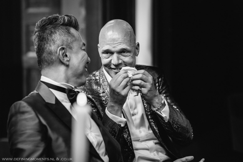 emotie emoties tranen zakdoek trouwceremonie trouwfoto bruidsfoto bruidegommen homohuwelijk gay lgbt same_sex wedding breda hotel_nassau trouwfotograaf bruidsfotograaf blauw rood tijger trouwpak