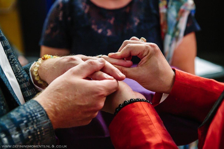 trouwringen trouwring trouwceremonie trouwfoto bruidsfoto bruidegommen homohuwelijk gay lgbt same_sex wedding breda hotel_nassau trouwfotograaf bruidsfotograaf blauw rood tijger trouwpak