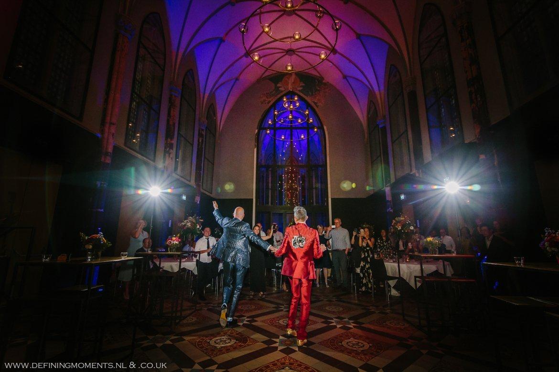 feest trouwfeest dansen trouwringen trouwring trouwceremonie trouwfoto bruidsfoto bruidegommen homohuwelijk gay lgbt same_sex wedding breda hotel_nassau trouwfotograaf bruidsfotograaf blauw rood tijger trouwpak