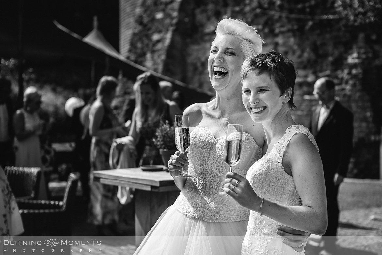 bruiden homohuwelijk lgbt same_sex lesbische bruiloft authentieke documentaire journalistieke trouwfotografie bruidsfotografie twee fotografen documentary wedding photography photographer kasteel_duurstede utrecht toast