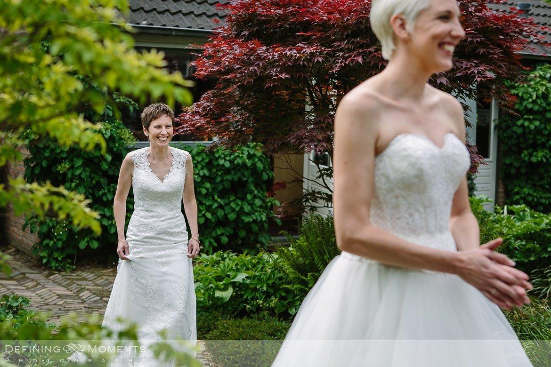 first_look bruiden homohuwelijk lgbt same_sex lesbische bruiloft authentieke documentaire journalistieke trouwfotografie bruidsfotografie twee fotografen documentary wedding photography photographer kasteel_duurstede utrecht