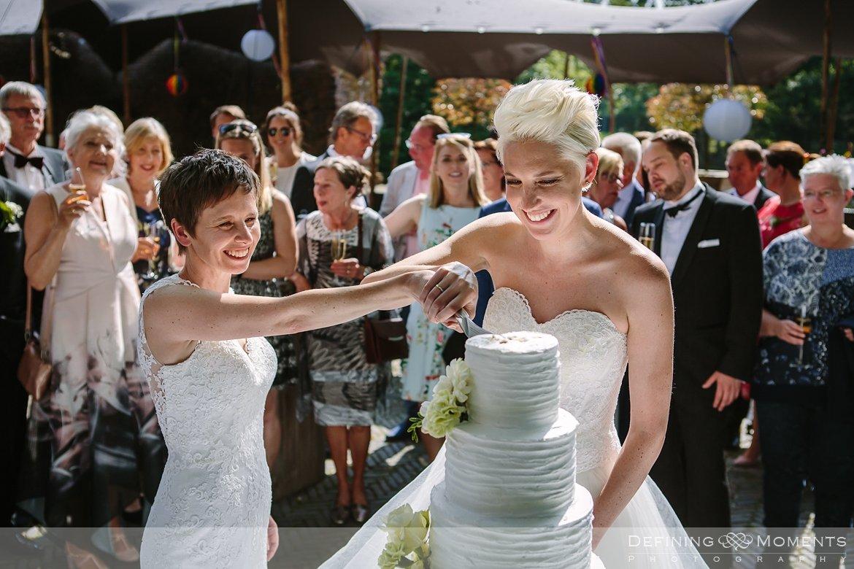 bruiden homohuwelijk lgbt same_sex lesbische bruiloft authentieke documentaire journalistieke trouwfotografie bruidsfotografie twee fotografen documentary wedding photography photographer kasteel_duurstede utrecht bruidstaart
