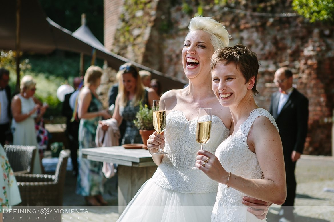 toast bruiden homohuwelijk lgbt same_sex lesbische bruiloft authentieke documentaire journalistieke trouwfotografie bruidsfotografie twee fotografen documentary wedding photography photographer kasteel_duurstede utrecht