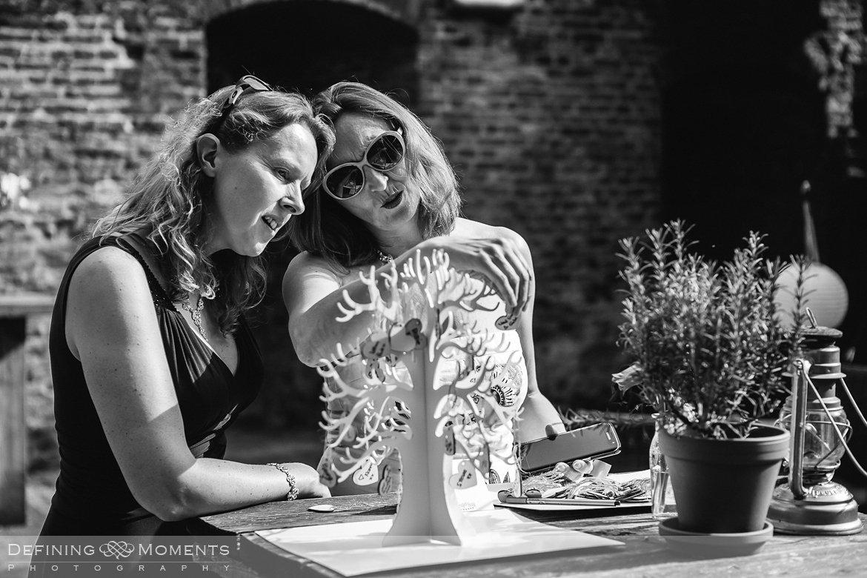 wensboom bruiden homohuwelijk lgbt same_sex lesbische bruiloft authentieke documentaire journalistieke trouwfotografie bruidsfotografie twee fotografen documentary wedding photography photographer kasteel_duurstede utrecht