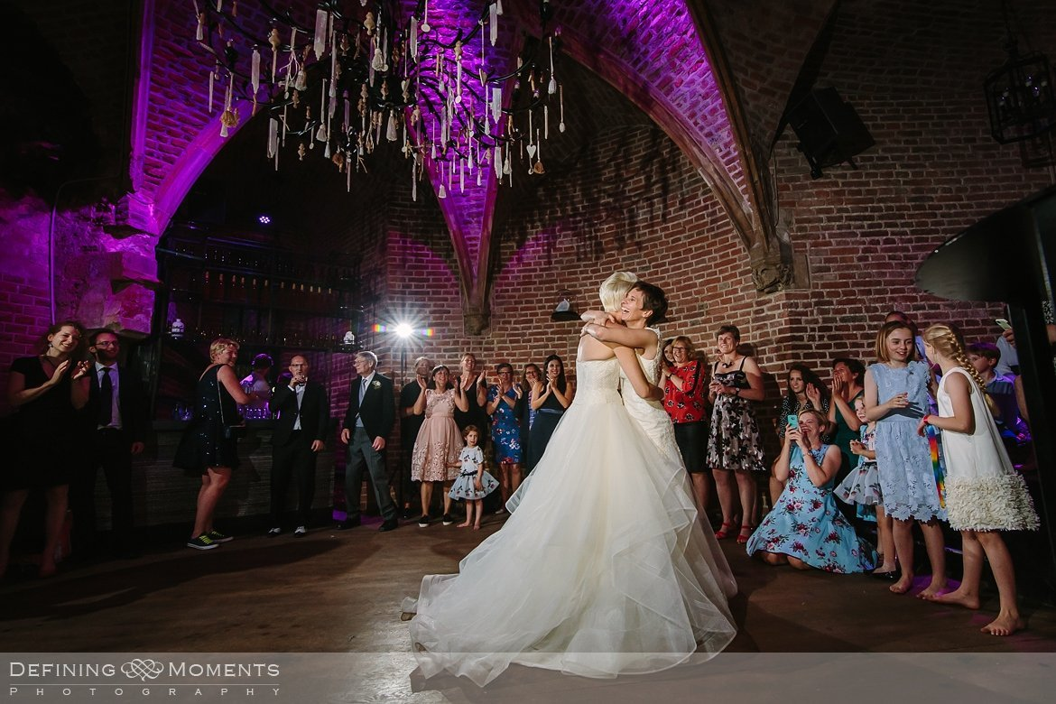 openingsdans bruiden homohuwelijk lgbt same_sex lesbische bruiloft authentieke documentaire journalistieke trouwfotografie bruidsfotografie twee fotografen documentary wedding photography photographer kasteel_duurstede utrecht