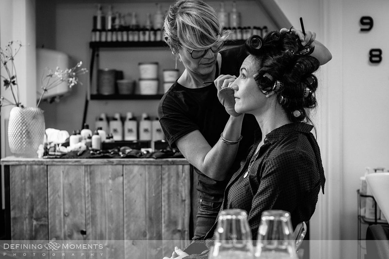 zwart_wit authentieke ongeposeerde documentaire trouwfotografie trouwfoto journalistieke bruidsfoto voorbereidingen make_up mua bruid smart_colors breda