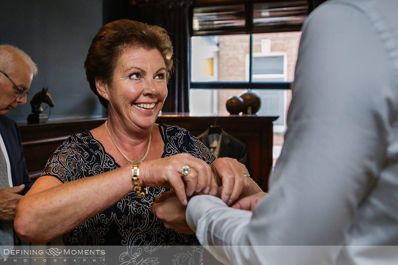 authentieke ongeposeerde documentaire trouwfotografie trouwfoto journalistieke bruidsfoto voorbereidingen bruidegom bliss_hotel breda